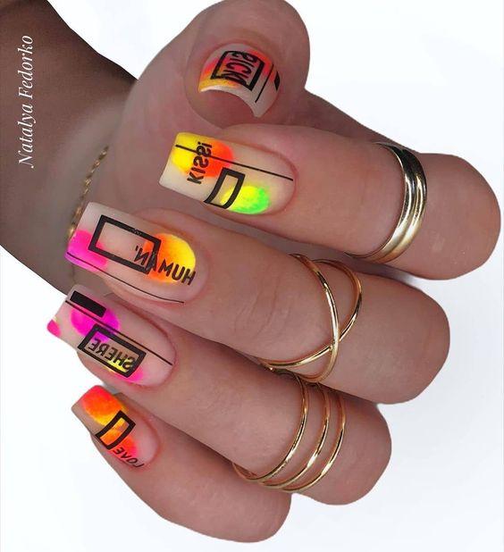 геометрия на цветных ярких ногтях 2021-2022